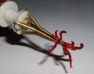 мотыль на крючке