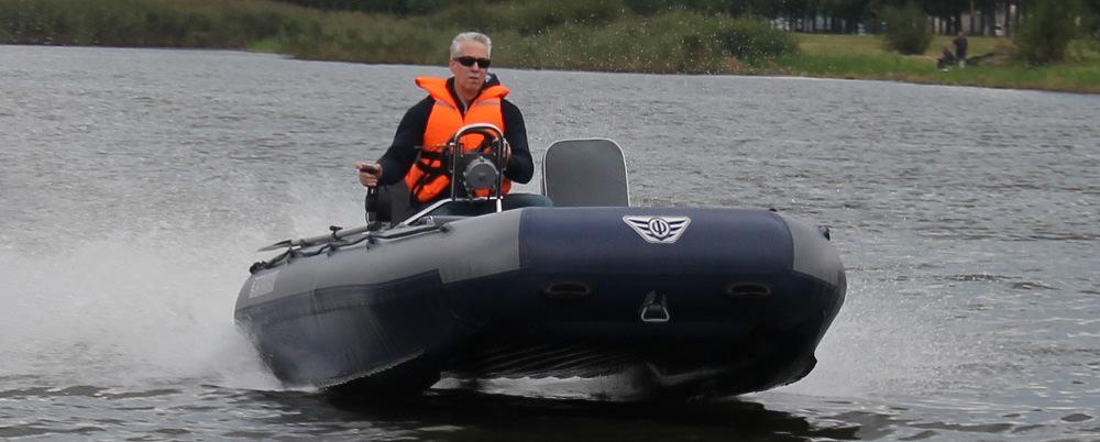Мужчина едет на лодке