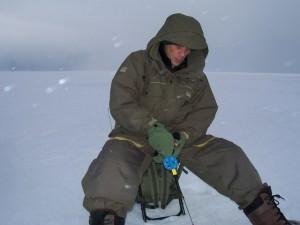 Мужчина в костюме на рыбалке