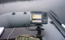 Эхолот прикреплен к лодке в воде
