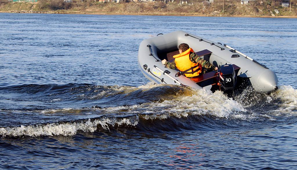 Как управлять лодкой с веслами