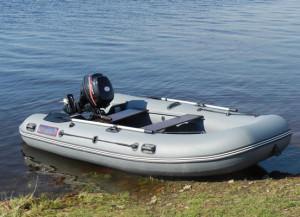 Надувная лодка на берегу