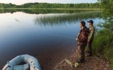 Два рыбака ловят рыбу на резинку
