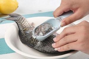 Чистка рыбы скребком