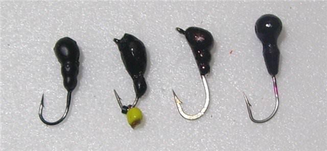 Несколько черных мормышек