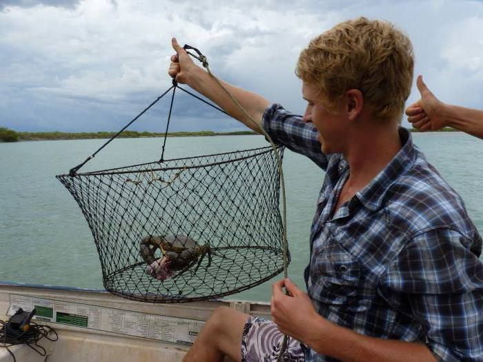 Рыбак ловит раков