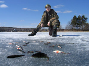 РМужчина в зимних сапогах на рыбалке