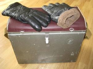 Ящик и перчатки