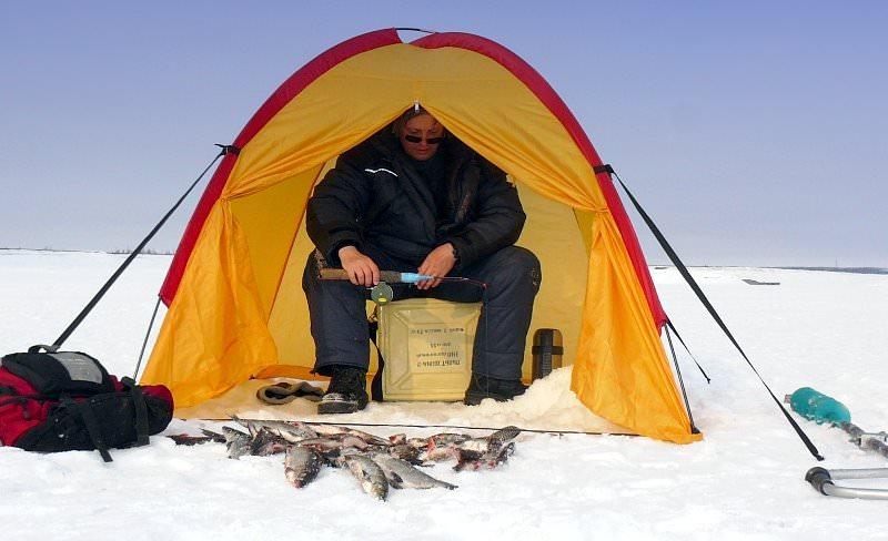 Рыбак в палатке