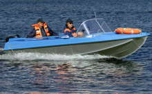 Лодка Казанка плывет в реке
