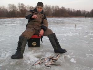 рыбак играет мормышкой