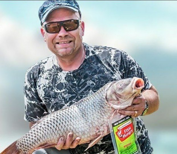Мужчина с большой рыбой в руках