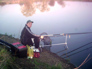 Мужчина рыбачит на берегу
