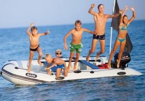 Дети прыгаю в воду с лодки