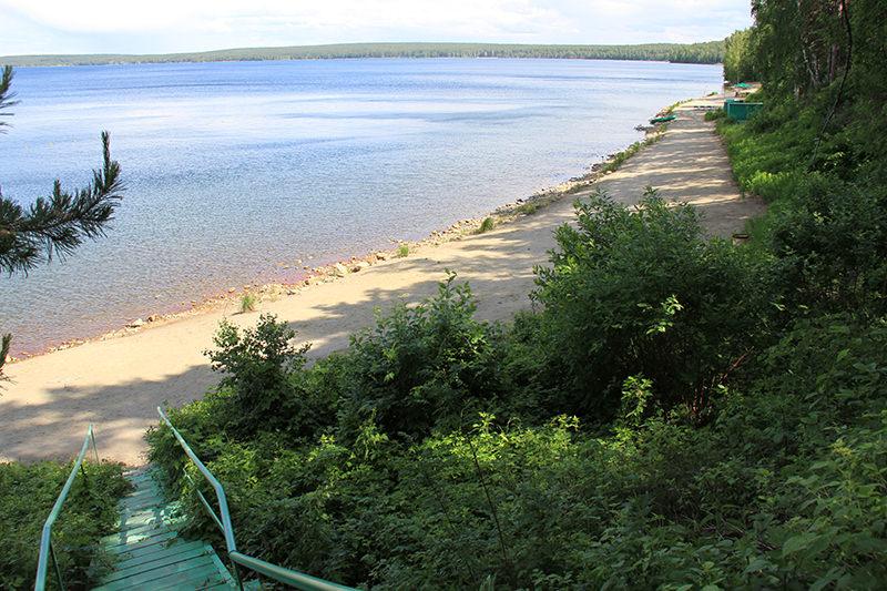 Красивый берег и лестница