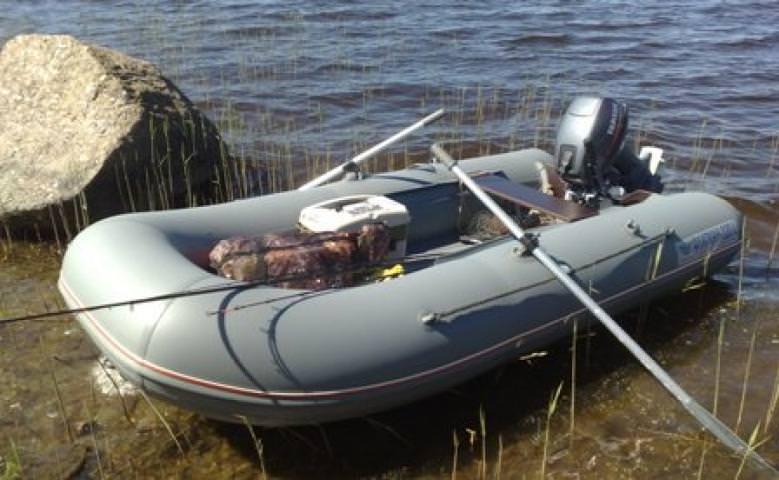 Надувная лодка пришвартована