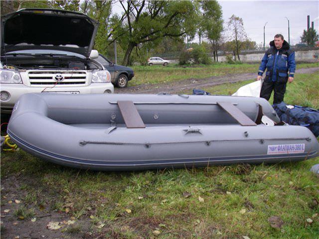 Надувная лодка на земле