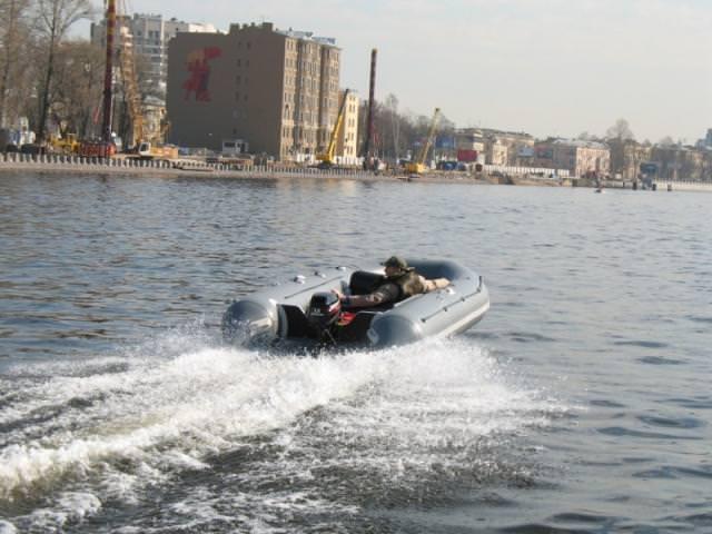 Мужчина сидит в лодке