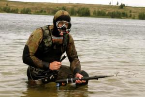 Рыбак в подводном костюме