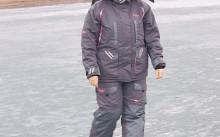Серый рыболовный костюм на девушке