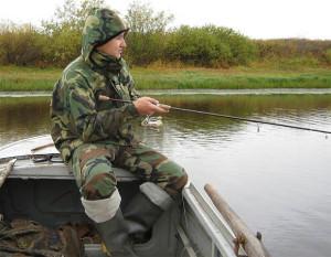 Мужчина рыбачит в костюме