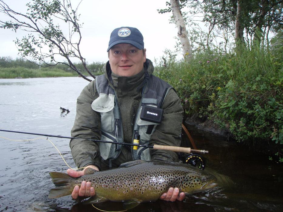 Большая рыба в руках у рыбака