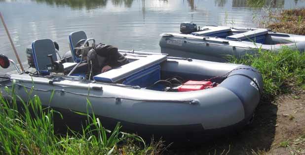 Две лодки ПВХ на берегу