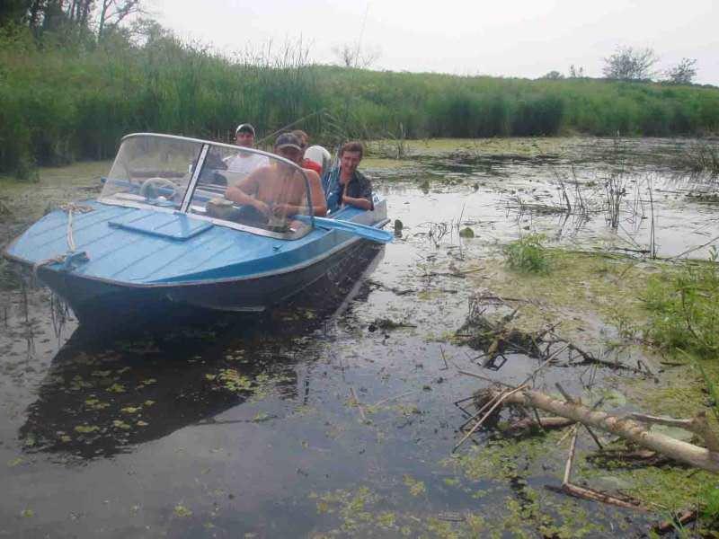 Лодка Казанка в реке