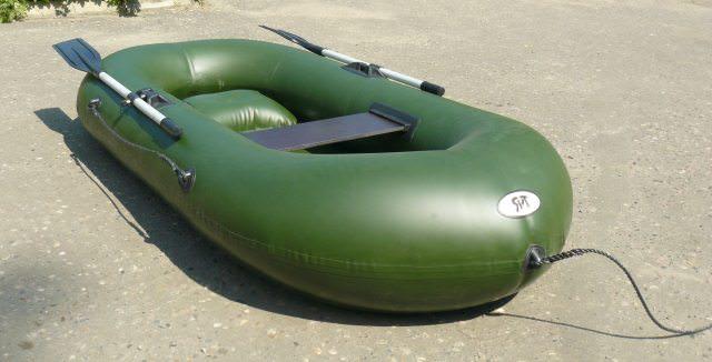 Надувная лодка на асфальте