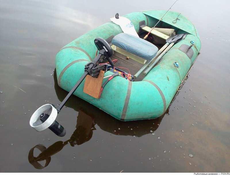 Надувная лодка в воде