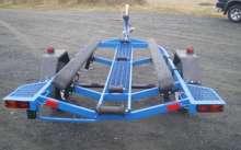 Синий прицеп для лодки