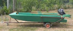 Зеленая лодка на прицепе