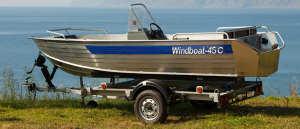 Прицеп для лодки с лодкой на берегу