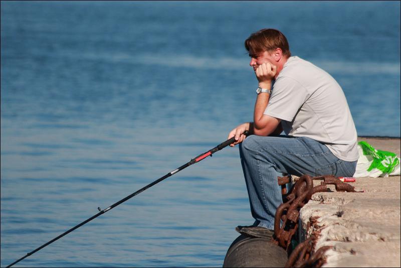 Рыболов не может поймать рыбу